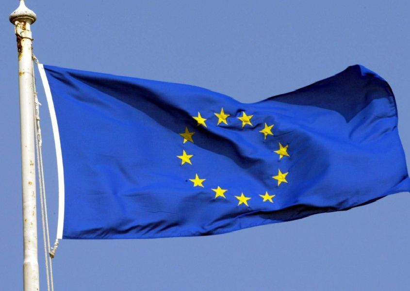 File photo dated 1/5/2004 of the Euro flag. Ministers will be free to campaign on either side of the referendum on Britain's continued membership of the EU, Downing Street sources said, PRESS ASSOCIATION Photo. Issue date: Tuesday December 8, 2015. They will not be allowed to break ranks until the Prime Minister has secured a renegotiation deal with fellow EU leaders - which cannot happen until at least next month's summit. See PA story POLITICS EU. Photo credit should read: Andrew Parsons/PA Wire