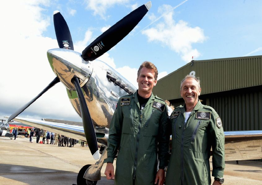ks190450-2 Round World Silver Spitfire  phot kate'Pilots Steve Brooks and Matt Jones.ks190450-2 SUS-190508-212932008