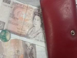 The lost purse, still with some old-style 10 notes from 1987 inside