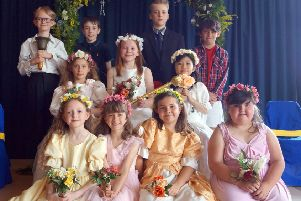 Crowning of the May Queen at Binbrook Primary School EMN-190524-074831001