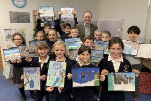 ick Herbert with the young artists from St Mary's CE Primary School, Pulborough.  Taylor Young, with her winning painting, is on the far left. SUS-181219-110452001