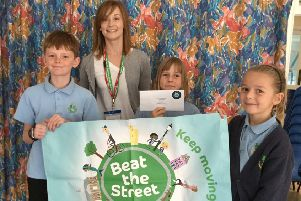 Sam Allen from Beat the Street with pupils from Borad Oak Community Primary School SUS-181022-084345001