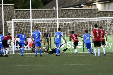 Finn Harps keeper Peter Burke dives the right way to block Junior Ogedi-Uzokwe's penalty kick only to be beaten to the rebound. DER2219-103KM