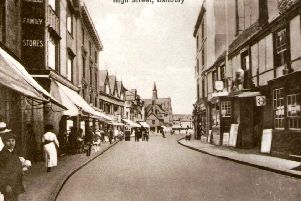 The Red Lion occupied a central position in the Edwardian High Street NNL-190213-170936001