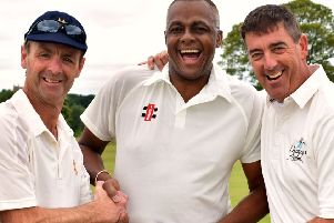 Courtney Walsh with MCC captain John Stephenson (left) and Duchess of Rutland XI skipper Darren Bicknell EMN-190716-110707002