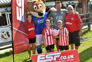 Fomer Leicester City defender Steve Walsh with Development and Recruitment officer Denise Knapp (left), chairman Phil Baker (right) and Filbert the Fox EMN-190829-151713002