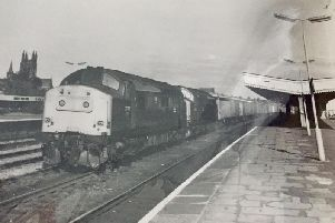Train coming through Leamington station in 1979